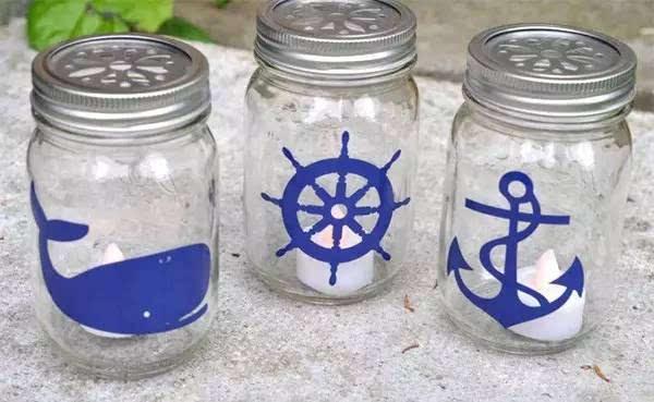在玻璃瓶内刷上丙烯颜料, 稍微创意下,装上电子蜡烛就完成了!