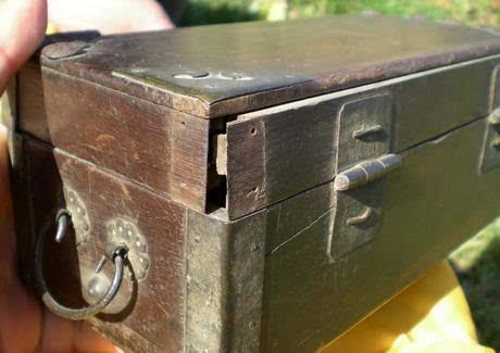 无光密闭,木制品很容易受潮腐烂,故此,箱子里出现烂木头不奇怪,奇怪的