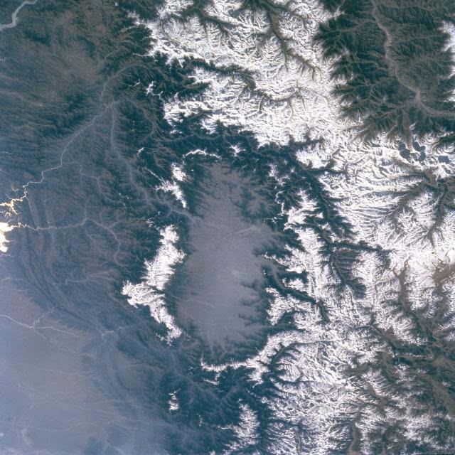 克什米尔谷地卫星图:左侧为喜马拉雅山臧斯卡山岭,右侧为比尔本贾尔岭