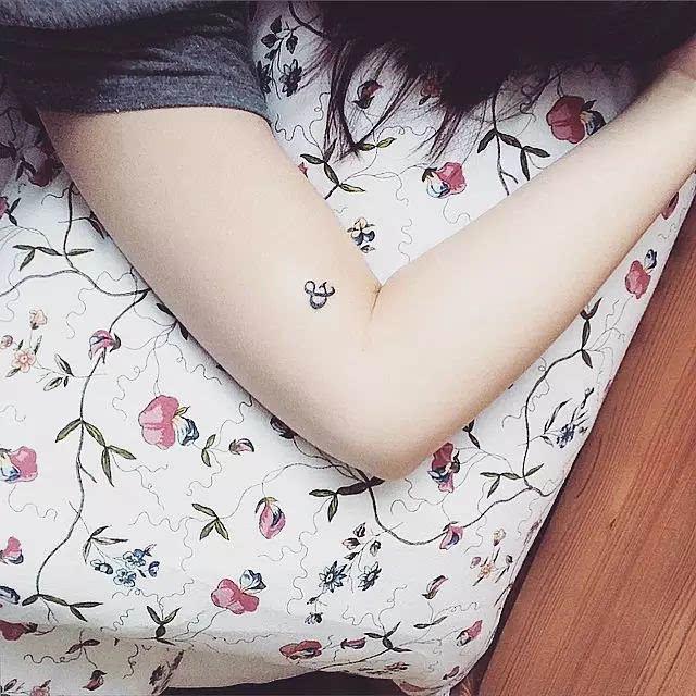 花臂虽然酷炫但是有些过于张扬,小小的半永久纹身妖娆妩媚,烙印在手腕