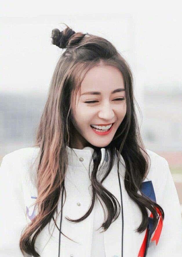 赵丽颖和迪丽热巴都是这款发型, 谁比较可爱呢?