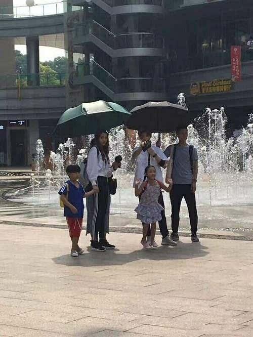 鹿晗和关晓彤今天在深圳拍戏,晓彤妹子大长腿抢眼图片