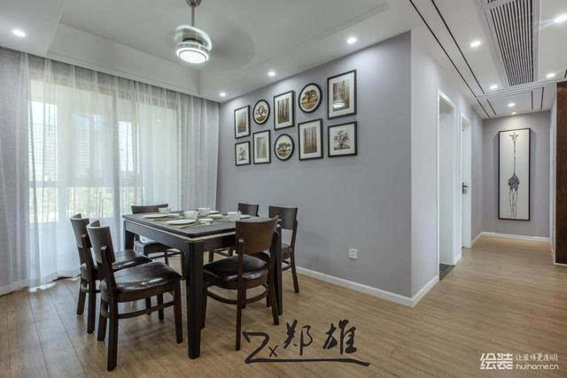 全房的浅色木地板搭配上浅灰色的墙面,空间极具清新感