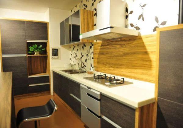 风格与欧式风格相融合的橱柜,橱柜整体以白色为基调,浅灰色为辅助颜色