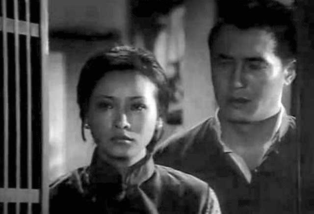 在《八百壮士》中演谢晋元将军(右,柯俊雄演)的妻子~ 阁主还在片中发