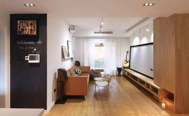 白色的客厅,原木色的电视柜,搭配一盆大型天堂鸟,空间顿时清新了不少