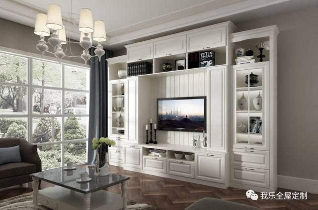 欧式风格电视柜, 简洁的外观和恰到好处的开放区域, 让整墙柜体也不