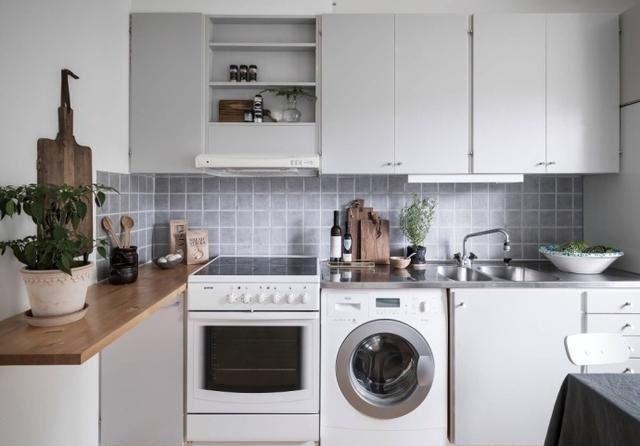 小厨房,灰色的墙砖和橱柜,很紧凑