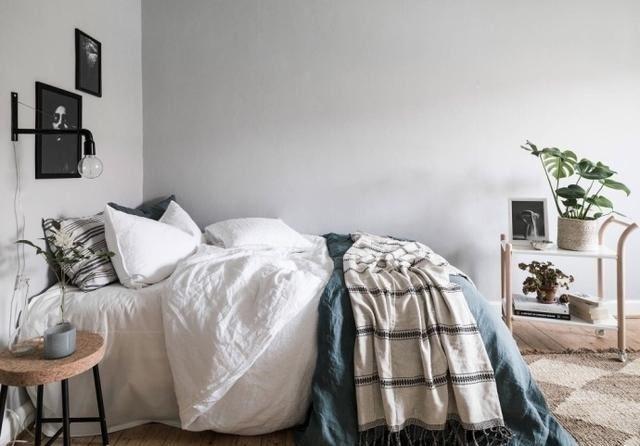 两幅黑白装饰画,让墙面不显平淡