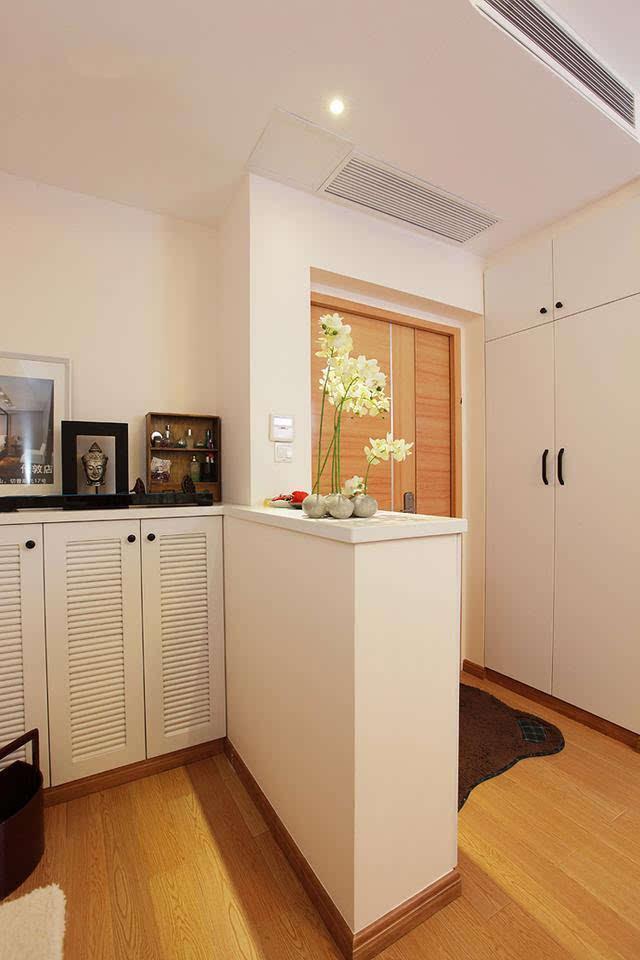 在客厅和阳台间做了隔断,多出两个房间不影响采光