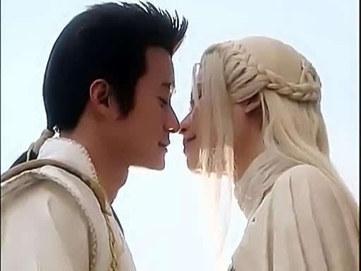 小表妹觉得这对情侣比聂小倩和宁采臣的恋情更抢镜,两人服装造型类似图片