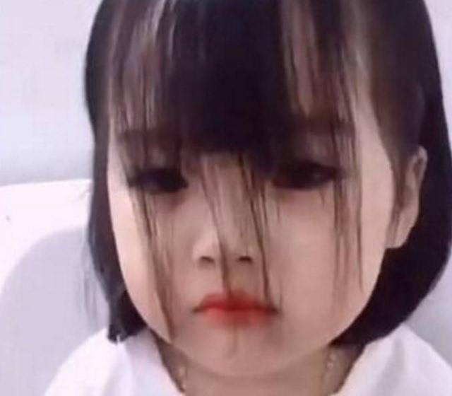 小萝莉剪坏刘海狂哭,妈妈却轻松改变结局图片