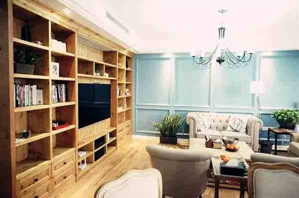 美式沙发与质朴的实木电视背景墙,令客厅质感十足,更不缺档次.