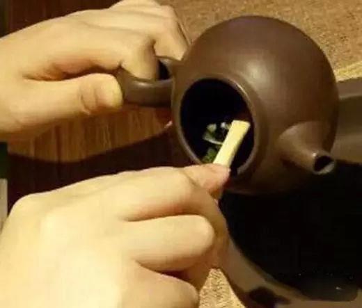 泡茶步骤: 1.备杯 11.计时约八秒后,进入第十二步 12.烫杯 17.
