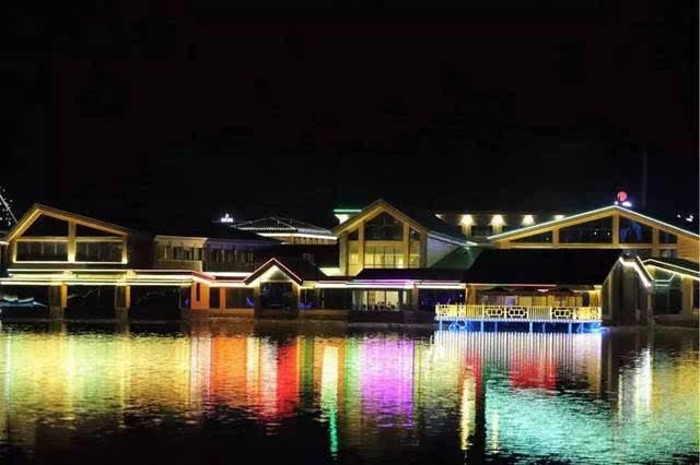 赛里木湖游客综合服务接待基地景观湖海拔2093米,加上光影水秀主题