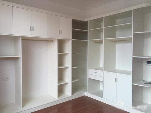 卧室的衣柜,嵌入式的整体性好; 榻榻米次卧 这是主卧,当初觉得储物