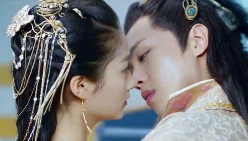 就去做去就吻_关晓彤和张若昀用吻替 和鹿晗就变 网友:颜值双标
