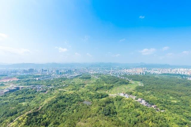 在山上,还有视野更加开阔的观景台,这里可以俯瞰天台县城的全貌.图片