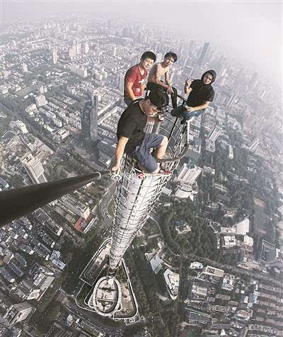 四个小伙徒手爬上450米大厦-社会频道-手机搜狐