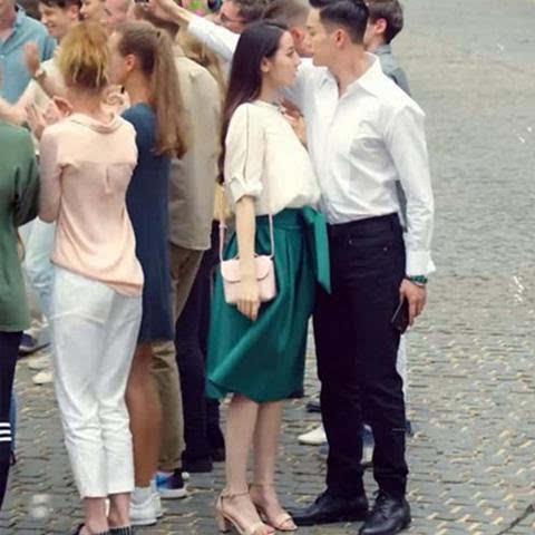 迪丽热巴的广告亮了脚上的高跟鞋和漂亮的裙子