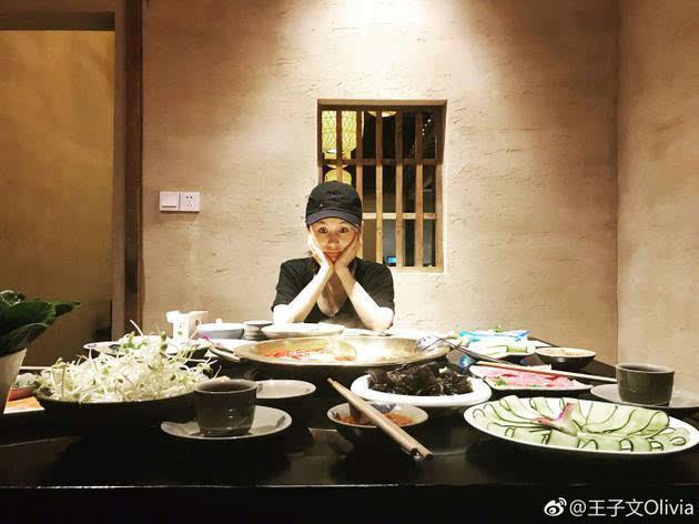 刘亦菲郑爽素颜吃火锅朦胧美,黄晓明你能卸妆吗