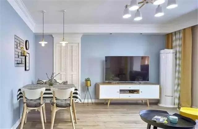 电视机背景没有过多的造型设计,配置一个北欧风的电视柜,简单实用.图片