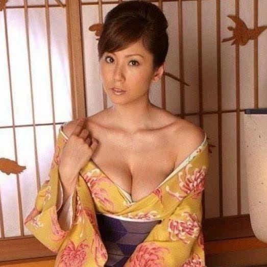 看日本黄色裸体美女_日本女性和服为啥背后有个包包?真的是为方便干事