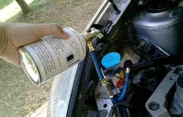 与家用空调相同,汽车空调既然能够制冷,其中肯定有制冷剂的作用,其