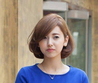 蓬松的没有分发线的侧分短发发型使菱形脸比较尖的发顶变得丰满起来图片