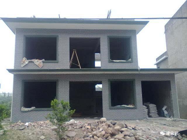 二楼俯拍自建房 防盗窗,铝合金窗户安好了 房子建好了,虽谈不上豪华