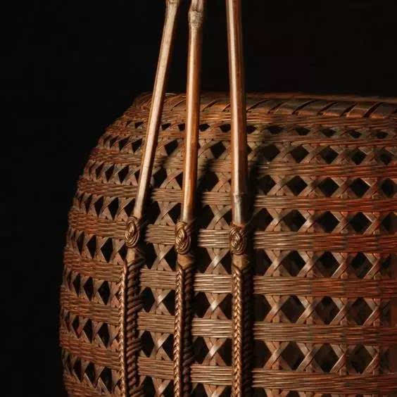 商周时期竹编工艺日见精细, 竹藤的编织纹样丰富起来, 出现方格纹,米