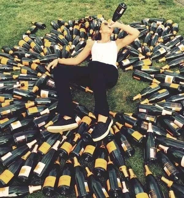 我自提酒向天笑,去留一地酒瓶陪!圖片
