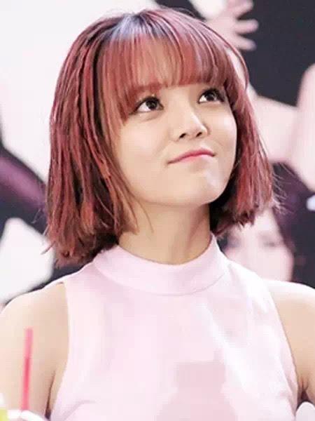 韩式简单中短发发型,也是很适合大脸女生的一款清新瘦脸发型,乌黑发丝