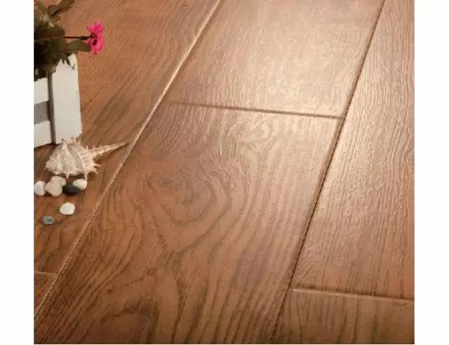 一类是正方形或者长方形的大板木纹,一类是类似木地板的长条木纹砖.