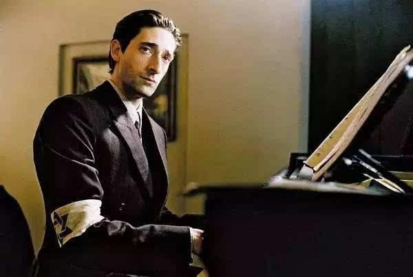 曾主演过《山丘之王》《餐馆》《钢琴家》《神秘村》《灵幻夹克》