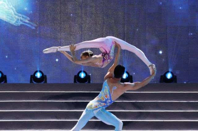 中国青年杂技演员孙艺娜,杨文通表演杂技:肩上芭蕾《梦蝶》