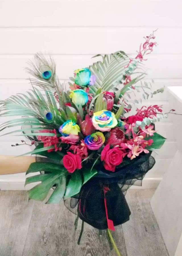 鲜花花束 款式六 唯爱 花材  玫瑰 银柳叶 售价   99rmb 永生车挂,包