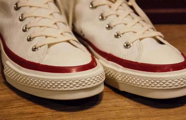 但细看你会发现其中的一只鞋子鞋筒处经典的 converse logo 以日本片