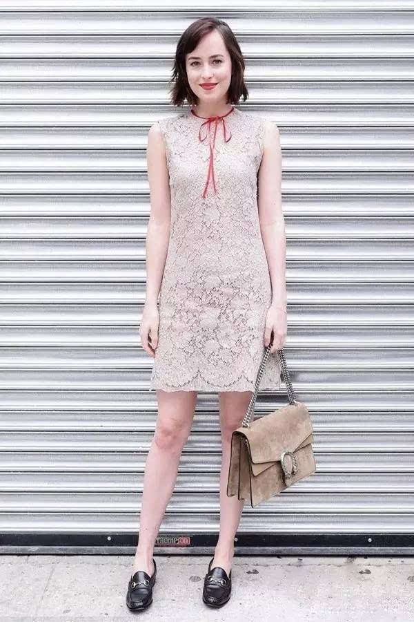 蕾丝连衣裙,也是今年一大流行款,搭配乐福鞋,满满名媛风