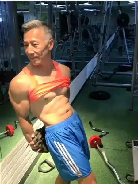 60岁中国大爷的退休生活,撩妹健身撸铁!这样的生活你服不服!
