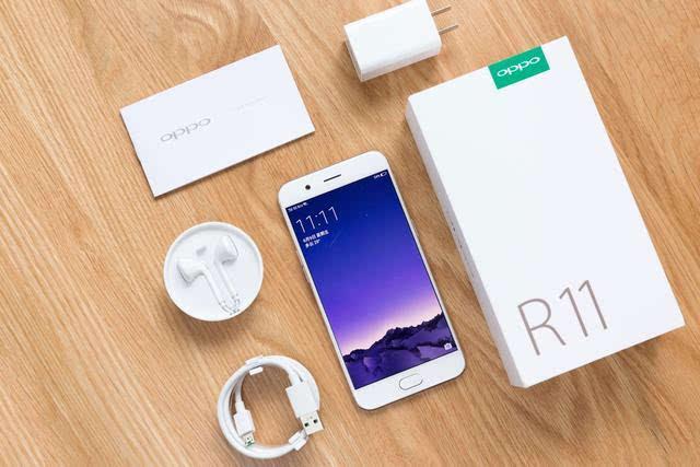 5d玻璃+超窄边框,隐藏式的传感器设计,和听筒相结合,使得手机的正面极