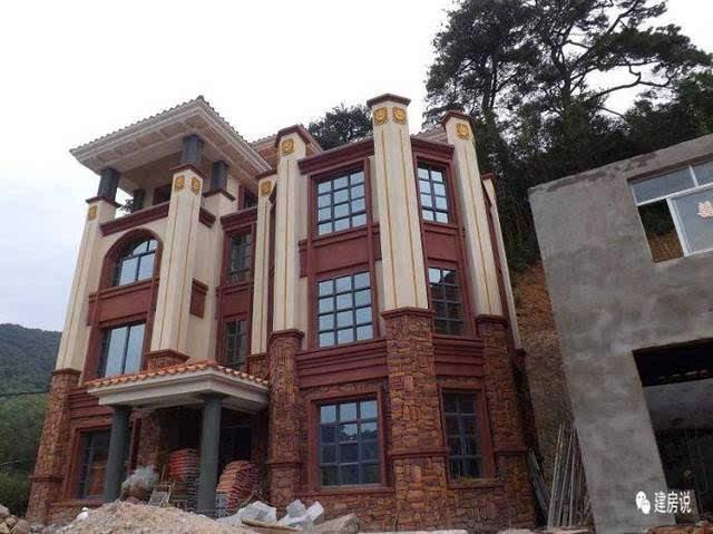 第五款,此别墅外观恢宏大气,欧式风格外立面配文化石基底,与身旁的