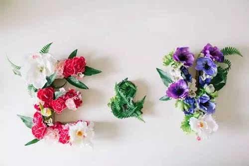 制作步骤:在字母形的纸壳里填满海绵块,再把花或小饰品插进去.
