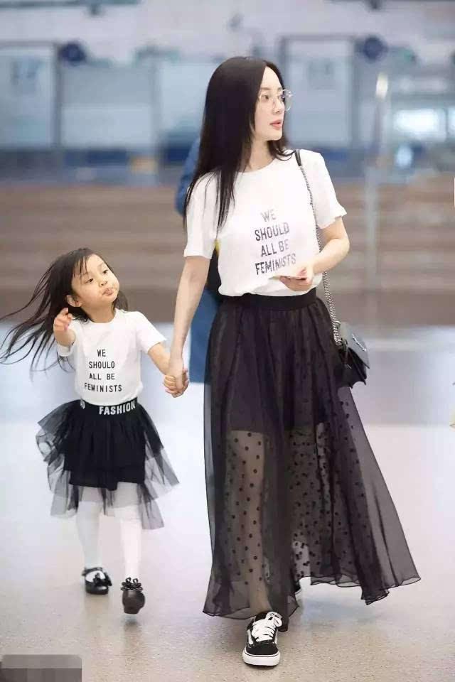 组搭配_而李小璐则用这组搭配套路来与宝贝甜馨玩起了母女装.