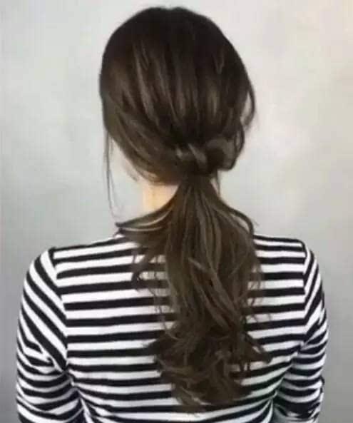 用电卷棒将头发烫出自然卷度.图片