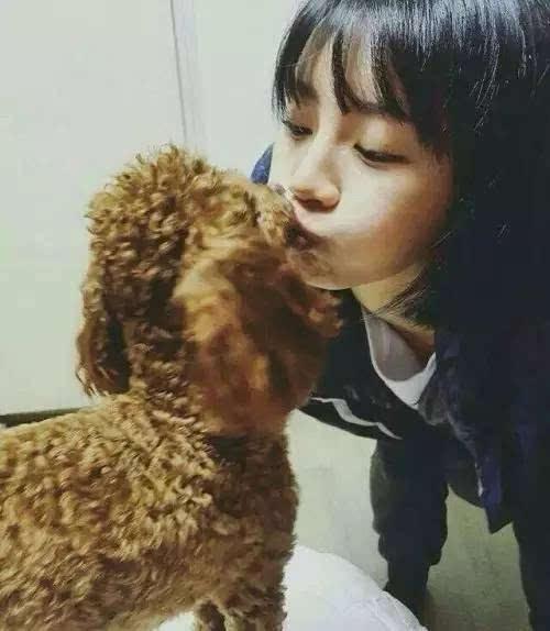 少女和狗做爱视频����_哇,这个美女跟狗狗舌吻啦,大家快来围观!