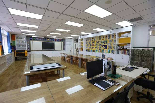 高中部美术教室焕然一新,更凸显艺术学科特色,而且还新添置了版画机图片