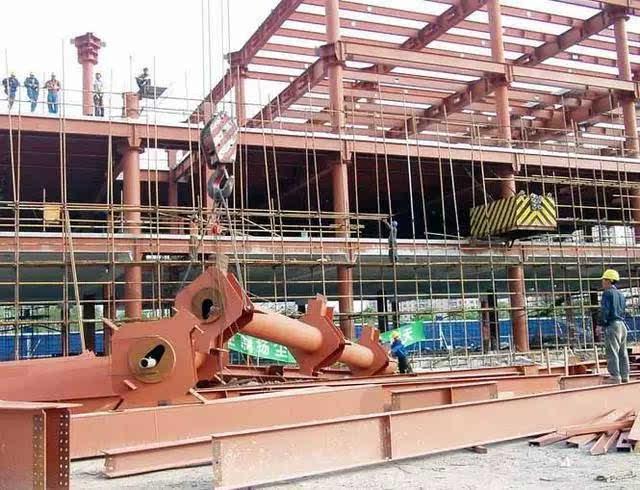 多层及高层钢结构的柱,梁,支撑等构件的长度尺寸应包括焊接收缩余量等