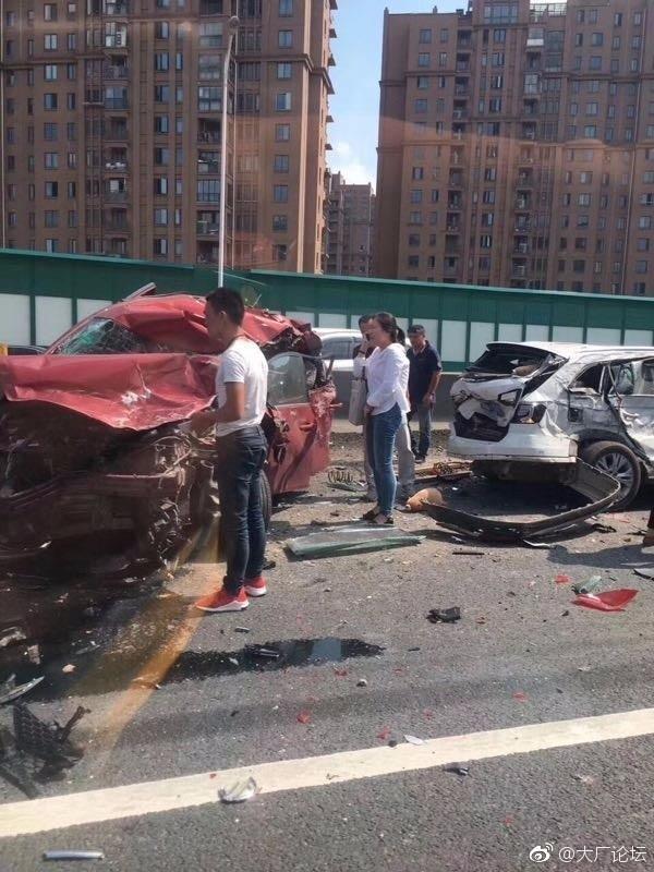 昨天下午江北大道发生惨烈车祸!现场不忍直视!图片
