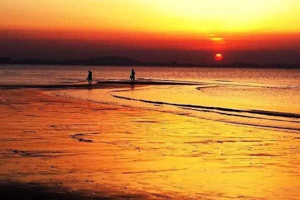 到了烟台的第二天,我们就去了金沙滩,沙滩是金黄金黄的,大海一望无
